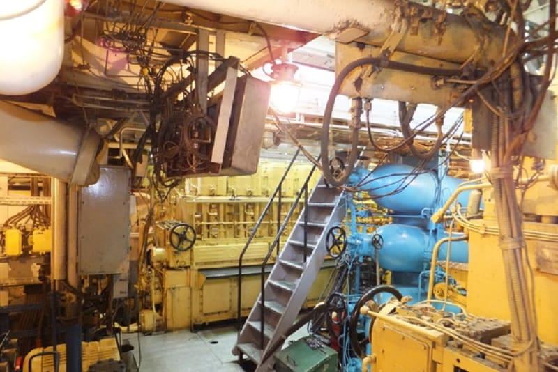Левый главный дизель. 6ЧРН 36-45 Развивает 1000 л.с. при всего 350 об/мин