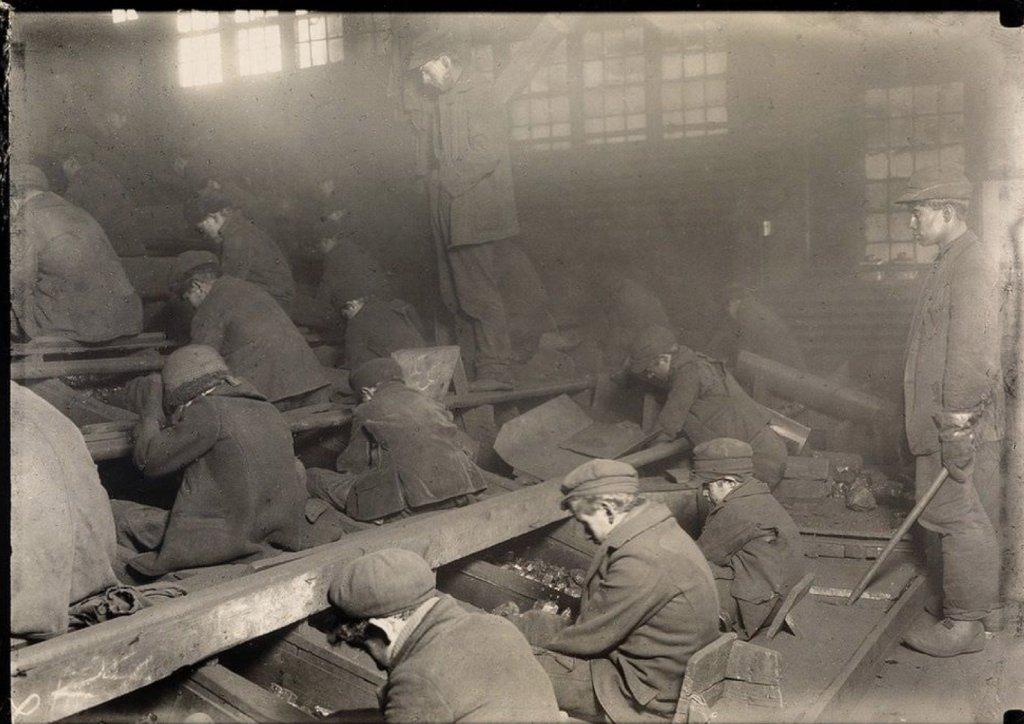 Дети работающий на угольной шахте.