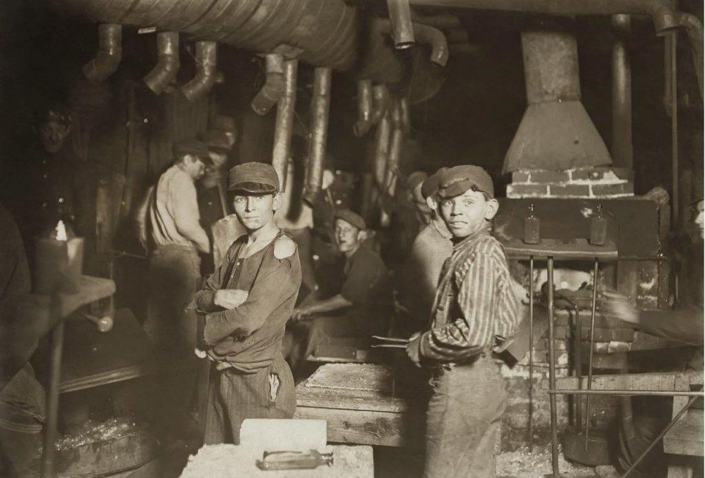 Работающие дети на стеклотарном заводе