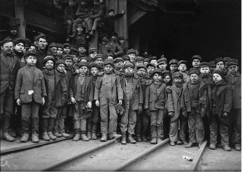 Группа малолетних детей работающие на угольной шахте